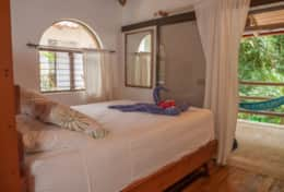 Queen bed with jungle view in Rio