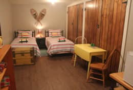 Hudson's Hideaway bedroom with 2 single beds and small dining area