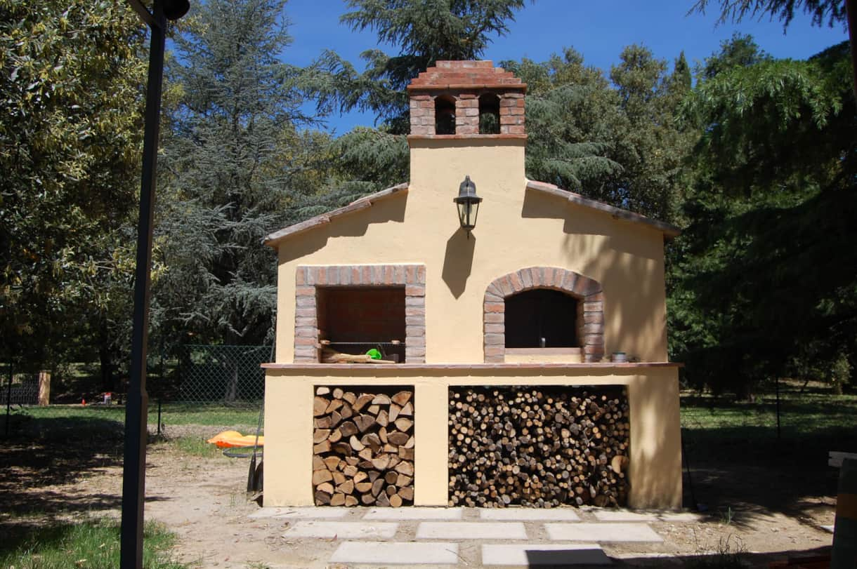 The 6 pizza wood-fired oven and BBQ is easy to use and delights the most serious chefs